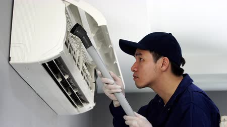 ventilátor : technician service using vacuum cleaner to cleaning the air conditioner