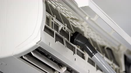 ventilátor : close up technician service using vacuum cleaner to cleaning the air conditioner