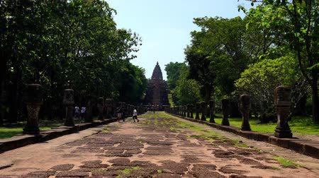 hindoeisme : BURIRAM, THAILAND - SEP 28, 2019 : Unidentified people visit Prasat Khao Phanom Rung Historical park in Buriram, Thailand Stockvideo