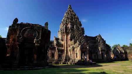 кхмерский : BURIRAM, THAILAND - SEP 28, 2019 : Unidentified people visit Prasat Khao Phanom Rung Historical park in Buriram, Thailand Стоковые видеозаписи