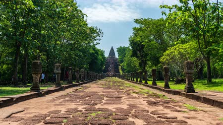 arenito : BURIRAM, THAILAND - SEP 28, 2019 : time lapse of unidentified people visit Prasat Khao Phanom Rung Historical park in Buriram, Thailand