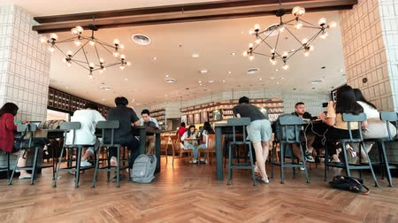 kahvehane : NAKHON RATCHASIMA, THAILAND - 24 SEP 2019 : time lapse of Starbucks Reserve customers at Nakhon Ratchasima, Thailand Stok Video