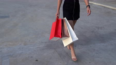 消費者運動 : close-up of female legs walking with shopping bags 動画素材