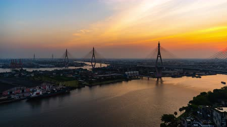 süspansiyon : day to night time lapse of Bhumibol suspension bridge cross over Chao Phraya River in Bangkok city, Thailand Stok Video