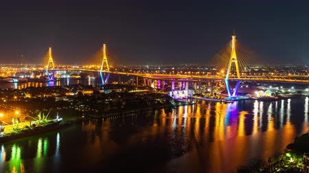 süspansiyon : time lapse of Bhumibol suspension bridge cross over Chao Phraya River at night in Bangkok city, Thailand