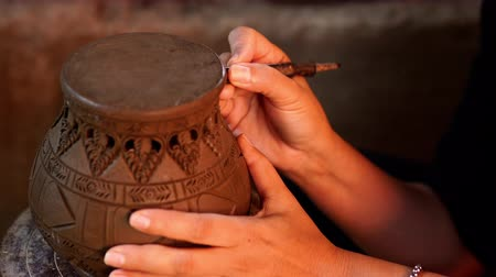 moldagem : Hands make potter inflicts a decorative pattern on earthenware Vídeos