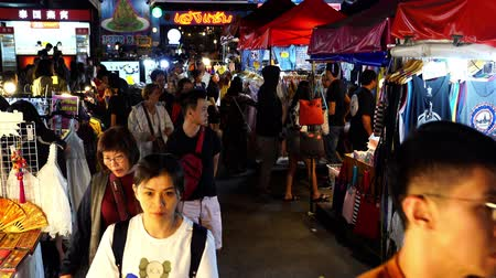 nekvalitní potraviny : Bangkok, Thailand - Dec 6, 2019 : Tourist and locals walking and shopping at Ratchada Night train market (Talad Rot Fai). market with plenty of shops with colorful canvas roofs at night in Bangkok, Thailand
