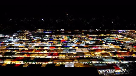 rothadás : Bangkok, Thailand - Dec 6 ,2019 : Top view of Train Night Market Ratchada (Talad Rot Fai). market with plenty of shops with colorful canvas roofs at night in Bangkok, Thailand