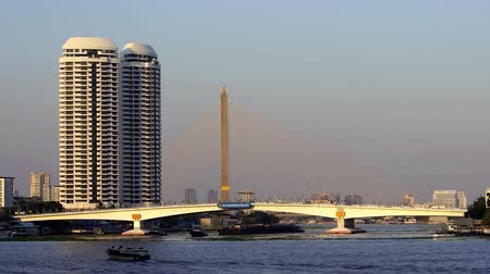 phra : Somdet Phra Pinklao Bridge over the Chao Phraya River in Bangkok, Thailand Stock Footage
