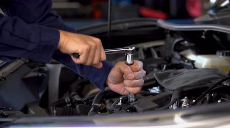 csavarkulcs : mechanic hand using wrench to repair engine, car service