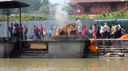 Nepal, Katmandu - October 4, 2017: nepalese strengthens fire at crematorium in Pashupatinath Стоковые видеозаписи