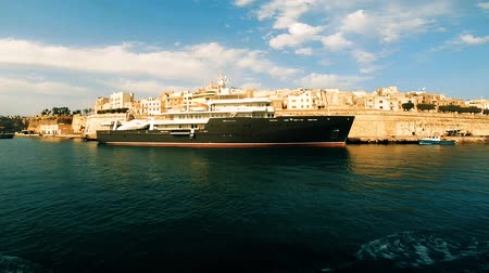 Malta, Floriana - March 24, 2015: Big ship in Valletta bay view from water, Floriana Malta Стоковые видеозаписи
