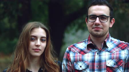 африканского происхождения : Happy young couple hipster, look at the camera and at each other during a summer walk in the park. 4k