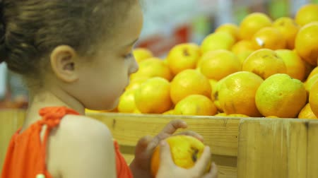 mutual assistance : Little girl buys peaches. The little girl herself chooses food. 4k.
