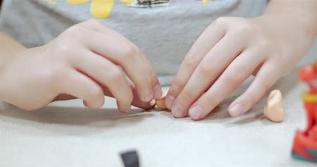 пластилин : Process of drawing and modeling: in art Studio, young artists, children develop motor skills of hands sculpt from plasticine. Little children sculpt and play with plasticine, childrens hands artist.
