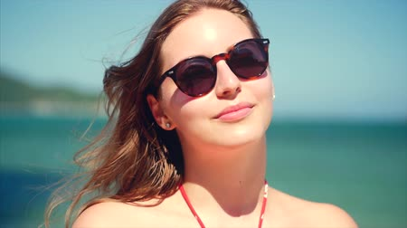stáří : On a Tropical Beach Close-Up Portrait of European Beautiful Cute Brunette in with Sunglass Young Woman or Cheerful Girl Looking in The Camera, Blowing Wind Hair the Wind , Slow Motion. Dostupné videozáznamy