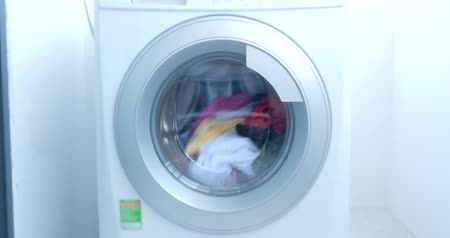 prát : Close Up Industrial Washing Machine Washes Colored Clothing and White Linen, White Striped Clothing. Cylinder Spinning Machine. Concept Laundry Washing Machine, Industry Laundry Service. Dostupné videozáznamy