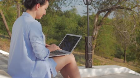 seçkinler : Business Lady Working on the Laptop, Attractive Brunette in a Blue Suit With a Laptop, attractive woman working on her computer on outdoors.