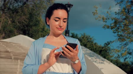 элита : Attractive Woman Brunette in a Blue Suit With use of mobile phone. Business Woman use of mobile phone.