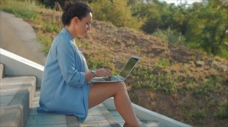 элита : Business Lady Working on the Laptop, Attractive Brunette in a Blue Suit With a Laptop, attractive woman working on her computer on outdoors.