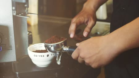 grãos de café : Professional barista. Tamping Fresh Ground Coffee. Stock footage. Vídeos