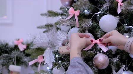önemsiz şey : Female hands close-up, hands decorate the Christmas tree with New Years toys. Christmas decorations, balls, lights, garlands, hang on the Christmas tree.