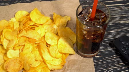 brambory : Potato chips with soda and remote control