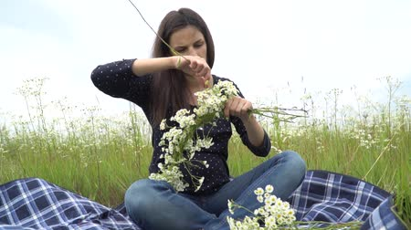 rumianek : Happy pregnant woman making camomile wreath. Wideo