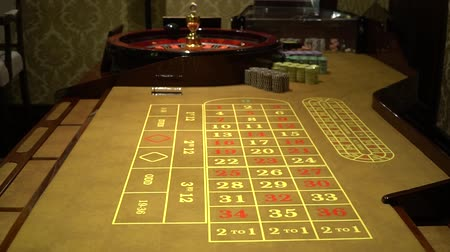 рулетка : casino roulette wheel with the ball on number