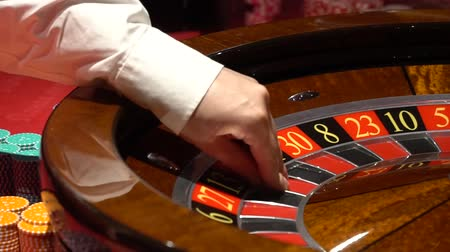 ruletka : Casino roulette in motion, the spinning wheel ball and croupier hand