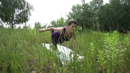 rugalmas : young pregnant woman doing yoga outside.