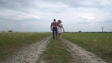 narozený : Pregnant couple walking together holding hands. Man and woman holding hands.