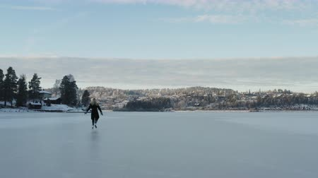 vnitrozemí : Ice Skating on a frozen lake in Norway Dostupné videozáznamy