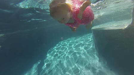 dlaždice : underwater view of cute little girl swimming