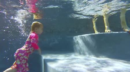 respiração : Underwater view of nearly 2 years old girl is having fun by jumping up and down