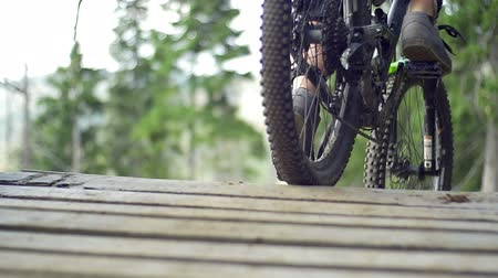 construir : Mountain bike racer riding off ramp