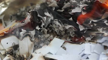 sararmış : Burning some small pieces of paper.