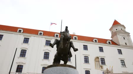 yüksek çözünürlüklü : Bratislava, Slovakia, Statue of Svatopluk in front of the castle Stok Video