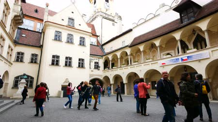 barok : Bratislava, Slovakia, tourists visit the Old Town Hall Stok Video