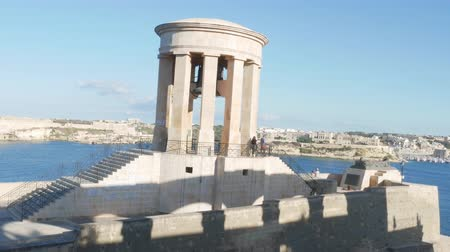 kuşatma : Valletta, Malta, view of Siege Bell War Memorial