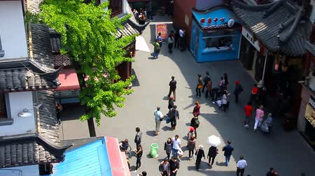 çini : People walking in Shanghai downtown