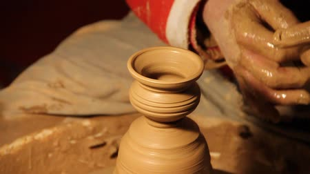 ceramika : Potter creating a small jar