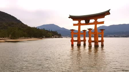 porta de entrada : Floating gate of Itsukushima Shrine in Miyajima Island, Hiroshima, Japan (gate sign reads Itsukushima Shrine) Vídeos
