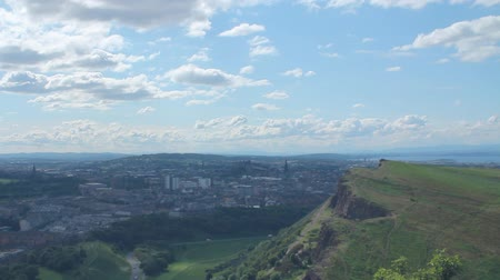 skotsko : View of Arthurs Seat and the city of Edinburgh in a sunny day