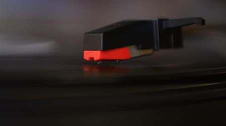 gravar : Vinyl rotating on record player