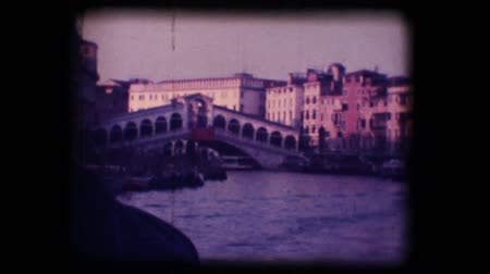 veneza : Vintage 8mm. Original footage digitalized. Rialto bridge over the Gran Canal in Venice