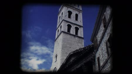 europeu : Vintage 8mm. Original footage digitalized. Medieval church and steeple in Assisi, Italy