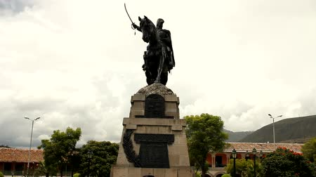 turistik : Monument honouring General Sucre, in Ayacucho, Peru Stok Video