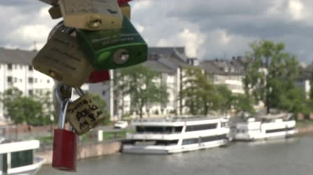 cadarço : Lockers symbolizing love forever on a bridge over the Main in Frankfurt, Germany Stock Footage