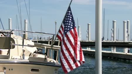 náutico : American flag waving on boat docked on lake Michigan Vídeos